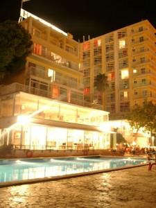 Hotel_Horizonte___Fachada_y_piscina_min_0